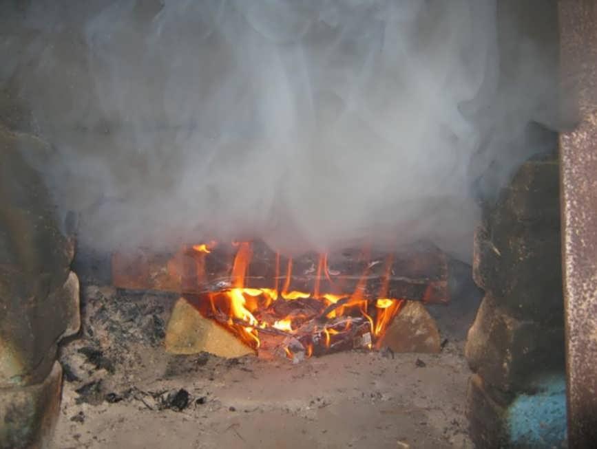 почему печь дымит в дом